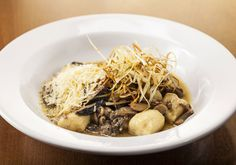 Nhoque de duas batatas com ragu de cogumelos e alho poró