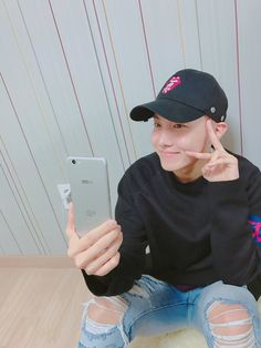 BTS Twitter [170201] Trans @BTS_twt : This is?? #LunaS  Thank you[J-Hope]  (T/N: Luna S is a smartphone launched by the Korean brand SKT.)