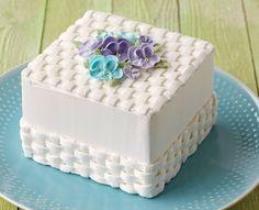 NEW Wilton Method Course Flowers & Cake Design - Cupcakepedia Wilton Cakes, Cupcake Cakes, Cake Decorating Techniques, Cake Decorating Tips, Beautiful Cakes, Amazing Cakes, Basket Weave Cake, Cake Basket, Cake Toppers