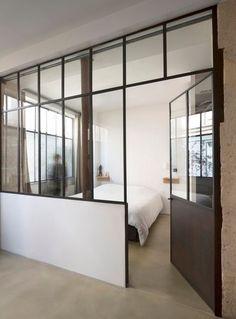 La chambre est séparée par une verrière intérieure