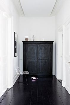 Black floorboards and white walls Style At Home, Black Floorboards, Black Wood Floors, Black Floor Paint, Gray Paint, Interior And Exterior, Interior Architecture, Black Architecture, Interior Office