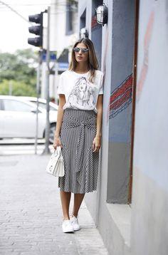 Blusa, t-shirt estampada, saia midi listrada, tênis branco