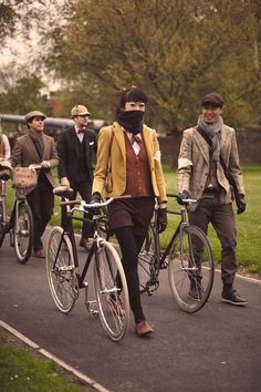 The layers and colors in this tweed run attire is just divine. Queer Fashion, Mens Fashion, Dandy, Tweed Ride, Velo Vintage, Ivy League Style, Cycle Chic, Tweed Suits, Bike Style