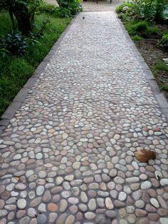 Afbeeldingsresultaat voor pebble stones in cement tuin