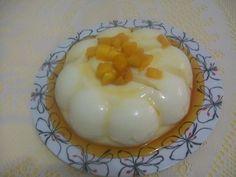 Manjar de coco com calda de pêssegos