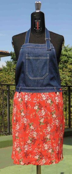 gonna in tessuto goffrato con pettorina in jeans. #salopette #skirt #jeans