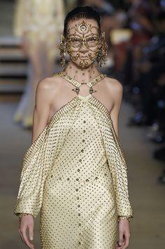 É de praxe: a maquiadora Pat McGrath invariavelmente arrasa na beleza dos desfiles da Givenchy, não necessariamente porque o que ela faz ali vira moda mas justamente pelas loucuras conceituais que o estilista Riccardo Tisci incentiva.
