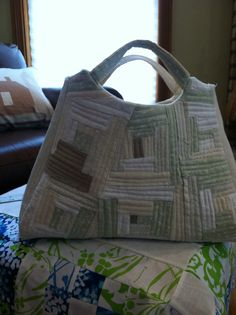 Nearly completed Yoko Saito bag. Japanese Patchwork, Japanese Quilts, Patchwork Bags, Quilted Bag, Diy Bags Purses, Fabric Purses, Fabric Bags, Sew Bags, Yoko Saito