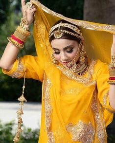 Kajal Aggarwal's recent bridal look was so mesmerizing that we still can't get over it. But what caught our attention was her unique #matthapatti design. This #headband style maang tikka is something which the brides can surely take inspiration from. This mattha patti style works as a tikka and a #hairaccessory and is therefore loved by many brides for its multifunctional design.  #𝐓𝐡𝐫𝐞𝐚𝐝𝐬 Indian Bridal Outfits, Indian Bridal Makeup, Indian Bridal Fashion, Indian Fashion Dresses, Dress Indian Style, Indian Designer Outfits, Bridal Dresses, Indian Wear, Rajasthani Bride