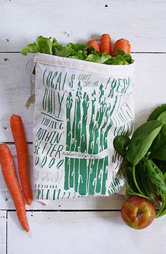 She can cut down on waste by skipping plastic produce bags at the farmers' market or grocery store with these machine-washable screen-printed cotton sacks. Christmas Presents For Her, Presents For Mom, Christmas Bags, Best Christmas Gifts, Christmas Wishes, Holiday Gifts, Produce Bags, Party Gifts, Farmers Market