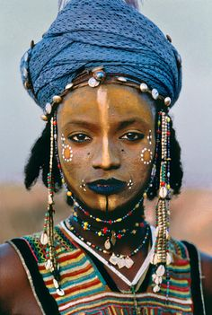 Wodaabe boy from Niger. Photographed by Steve McCurry Not only is the photo captivating but it speaks, to my eye, aboutinteresting concepts of cultural gender norms.photo by Steve McCurry Cultures Du Monde, World Cultures, Etnia Barcelona, African Tribes, African Art, African Culture, Nigerian Culture, African Beauty, Interesting Faces