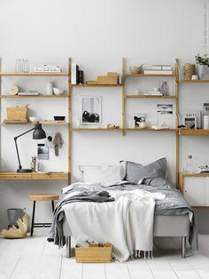 Haal meer uit je muur met de SVALNÄS wandkast | IKEA IKEAnl IKEAnederland slaapkamer kamer bed bedframe slapen interieur wooninterieur inspiratie wooninspiratie duurzaam natuurlijk hout berken opberger opbergen opbergruimte kast kasten garderobekast  bamboe woonkamer HEKTAR bureaulamp
