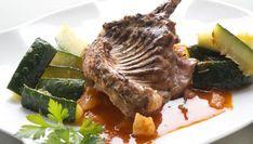 El cocinero Karlos Arguiñano elabora un plato de conejo asado en salsa acompañado de calabacín salteado, una receta saludable y nutritiva.