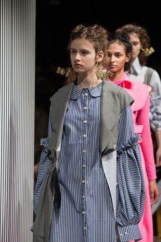 青木明子が手がける「アキコアオキ(AKIKOAOKI)」が「Amazon Fashion Week TOKYO 2017 A/W」で発表した2017-18年秋冬コレクション。テーマは「Primitive」。 >&...