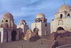 Antigua necrópolis de Asuán (Egipto), siglo XI. Los mausoleos o Qubba están realizados en ladrillo y con una gran diversidad de cúpulas, que simbolizan el cielo. Suelen estar apoyadas sobre tambores de cornisa saliente y que se iluminan con ventanas.