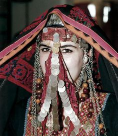 A woman modeling a gorgeous antique bedouin veil from the Negev or Sinai. Jewelry Tumblr, Arabic Dress, Face Veil, Tribal Belly Dance, Tribal Fusion, Gypsy Jewelry, Belly Dancers, People Around The World, Headdress
