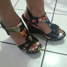 FLORAL WEDGED HEELS BY GUESS Brand new. (no box) Guess Shoes Wedges