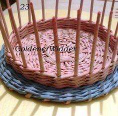 tető Плетение из газетных трубочек: Простая крышка с внутренним бортиком. Круг. Крышка. Straw Weaving, Paper Weaving, Basket Weaving, Crafts To Make, Diy Crafts, Newspaper Crafts, Paper Basket, Weaving Patterns, Deco