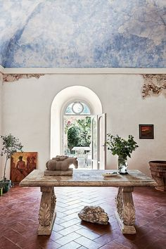 In a former monastery on a hilltop in southern Tuscany, the residence and studio of British sculptor Emily Young is the ideal setting for her stone carved heads and figures. Halle, Luxury Mediterranean Homes, Tuscany Decor, Pinterest Photography, Pinterest Photos, Tuscan Style Homes, Wrought Iron Decor, Pub Decor, Italian Home