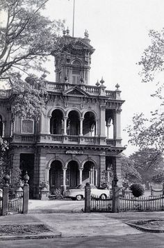 LOVE this Victorian Italianate style house.