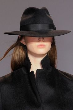 Yang Li at Paris Fashion Week Fall 2014 - Details Runway Photos Fascinator, Estilo Glamour, Stylish Hats, Love Hat, Cool Hats, Bad Hair, Looks Style, Mode Inspiration, Mode Style