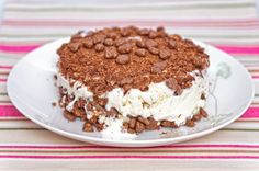Domino-Daim-jäätelökakku. Tiramisu, Delicious Desserts, Ice Cream, Tasty, Drink, Baking, Ethnic Recipes, Food, No Churn Ice Cream