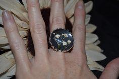 Ring aus Glas mit echter Blumen.