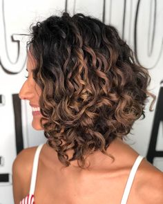 20 Catchy Short Hairstyles Ondulado Cara Redonda For Attention Grabbing Gals Curled Bob Hairstyle, Haircuts For Curly Hair, Curly Hair Cuts, Medium Hair Cuts, Short Curly Hair, Bob Hairstyles, Short Hair Cuts, Medium Hair Styles, Curly Hair Styles