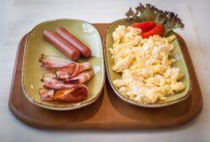 Anglická snídaně - míchaná vajíčka, slanina, párky, pečivo, káva, džus / English breakfast - scrambled eggs, bacon, sausages, pastry, coffee, juice English Breakfast