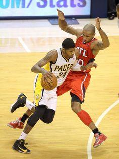 Platz da! Paul George (l) von den Indiana Pacers geht in den NBA-Playoffs mit dem Ball an Dahntay Jones von den Atlanta Hawks vorbei. (Foto: Steven C. Mitchell/dpa)