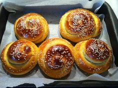ΤΙ ΜΑΓΕΙΡΕΥΟΥΜΕ ΣΗΜΕΡΑ?: ΤΣΟΥΡΕΚΙΑ ΤΗΣ ΔΗΜΗΤΡΑΣ Greek Sweets, Greek Desserts, Greek Recipes, Greek Beauty, Tasty, Yummy Food, Doughnut, Caramel, Bread