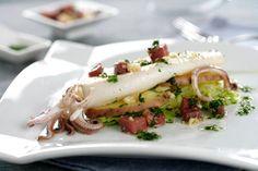 ¿Has probado alguna vez a poner un pescado a la plancha sobre repollo rehogado y patatas al horno? ¡Mmm! Seafood Recipes, Cooking Recipes, Healthy Recipes, Healthy Food, Grilled Calamari, Cheesesteak, Nom Nom, Grilling, Good Food