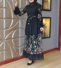Pinterest: just4girls Islamic Fashion, Muslim Fashion, Modest Fashion, Fashion Dresses, Abaya Designs, Long Maxi Skirts, Hijab Dress, Abaya Fashion, Party Gowns