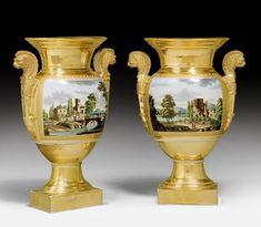 """1 PAAR VASEN """"AUX TETES DE LION"""", Restauration, Frankreich um 1830. Porzellan fein bemalt sowie vergoldet; die Front mit jeweils antikisierender Landschaft mit Figurenstaffage, verso feine Goldmalerei. Amphorenförmiger Gefässkörper mit feinen Henkeln auf profiliertem Rundfuss mit Quaderplatte. H 29 cm."""