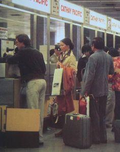 啟德機場之二:1962年,機場大廈啟用後,期間經過擴建,直到70年代後期,機場大廈的接機和候機大堂比原先的大兩倍。航空公司辦理登機櫃位,前面排滿等候辦理手續的旅客。當時旅客所用旅行篋多是手提,不像現在的幾乎全是有轆拉篋。