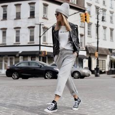 really cute outfits with leggings Casual Chic Outfits, Sporty Outfits, Cute Outfits, Fashion Outfits, Grey Beanie Outfit, Black Joggers Outfit, White Joggers, Biker Jacket Outfit Women, Leather Jacket Outfits