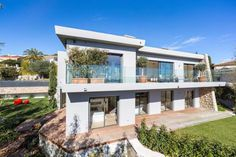 Like new and with a great view #VillefrancheSurMer  Overlooking the sea and Cap Ferrat, beautiful modern villa of 250 sqm, with adjoining land , about 1100 sqm, with a swimming pool.  Completely renovated and in perfect condition.  This villa is composed as following : Upper level: Living room, dining room opening onto a terrace with sea view, https://aiximmo.ch/?p=188495  #frenchriviera #cotedazur #mallorca #marbella #sainttropez #sttropez #nice #cannes #antibes #montec