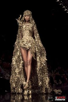 "[caption id="""" align=""alignnone"" caption=""Tex Saverio""] Gold Fashion, Fashion Art, High Fashion, Fashion Show, Fashion Outfits, Fashion Design, Couture Fashion, Runway Fashion, Jakarta Fashion Week"