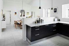 Sort køkken med hvid bordplade