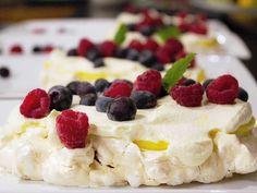 Rice krispies-pavlova med vaniljsmörkräm och färska bär