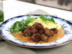 Köttbullar med potatisstomp, gräddsås och pressgurka | Recept från Köket.se Tareq Taylor, Chutney, Hummus, Pesto, Mashed Potatoes, Dessert, Cooking, Ethnic Recipes, Food