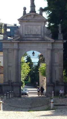 Anche dall'arco della Prima Cappella si vede il Lago di Varese