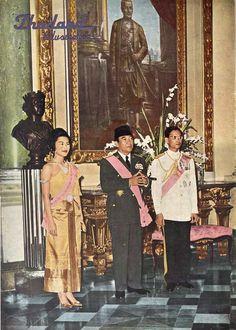 """Their Royal Highnesses of Thailand (RAMA IX) King Bhumibol and Queen Sirikit พระบาทสมเด็จพระเจ้าอยู่หัวภูมิพลอดุลยเดช และ สมเด็จพระนางเจ้าสิริกิติ์ พระบรมราชินีนาถ ภาพจากปกนิตยสาร Thailand Illustrated N°77 April 1961 ; เมษายน ๒๕๐๔ """"ทรงพระราชทานเลี้ยงแก่ประธานาธิบดี Sukarno แห่งอิโดนีเซีย เมื่อ ๑๗ เมษายน ๒๕๐๔"""""""