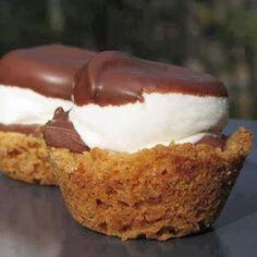 Mix 250gram fijn gestampte volkoren biscuits, 50gram suiker, 1 ei en 100gram zachte roomboter goed. Verdeel het mengsel over een muffin-bakblik en duw omhoog langs de zijkant, zodat er cups ontstaan. Bak 6minuten, oven 180•C. Als het muffinblik uit de oven is, elk koekje vullen met een lepel pindakaas of chocopasta óf beiden, daarop een marshmallow en zet blik nog eens 2 minuten in oven (180•C). Zodra koekjes volledig zijn afgekoeld dippen in gesmolten chocolade. ---  #omnomnom
