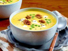 Kürbissuppe mit Erbsen und Brätbällchen Rezept | LECKER