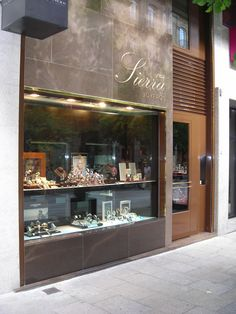 Ricardo:fachada muy lujosa de una joyería dando una imagen impecable con tonos de piedra que le dan una impresión moderna