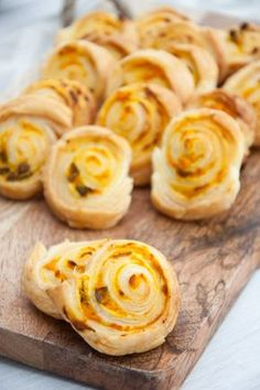 Recipe for super quick and easy vegan Pumpkin Basil Pinwheels. Made with vegan puff pastry. They are the perfect snack for parties.
