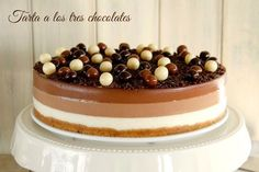 """¡Esta receta se la dedico a mi hermana!. Es su tarta favorita y siempre me está animando a hacerla para publicarla en el blog, siempre me dice: """"¿cuando vas a hacer la de tres chocolates?, es la mejor y la … Continuar leyendo →"""