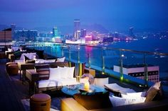 Vista nocturna desde el bar Sewa en Hong Kong