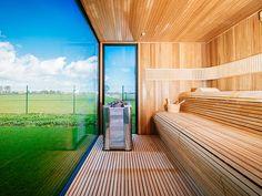 Tout en simplicité et en transparence, le sauna Luxury a simplifié ses lignes jusqu'à l'épure. Une double banquette ergonomique fait face à la paroi vitrée et au paysage. Même discrets, les équipements sont là : chromothérapie, connexion bluetooth et haut-parleiurs, unité de commande digitale…Il propose aussi des options : bois intérieur, puissance du poêle, et peut être adapté aux dimensions du client. Luxury par Alpha Industries.